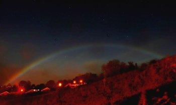 Naturphänomen – Regenbogen bei Nacht