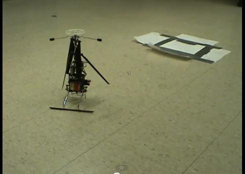 Kleiner rollender Roboter transformiert sich zu einem Hubschrauber